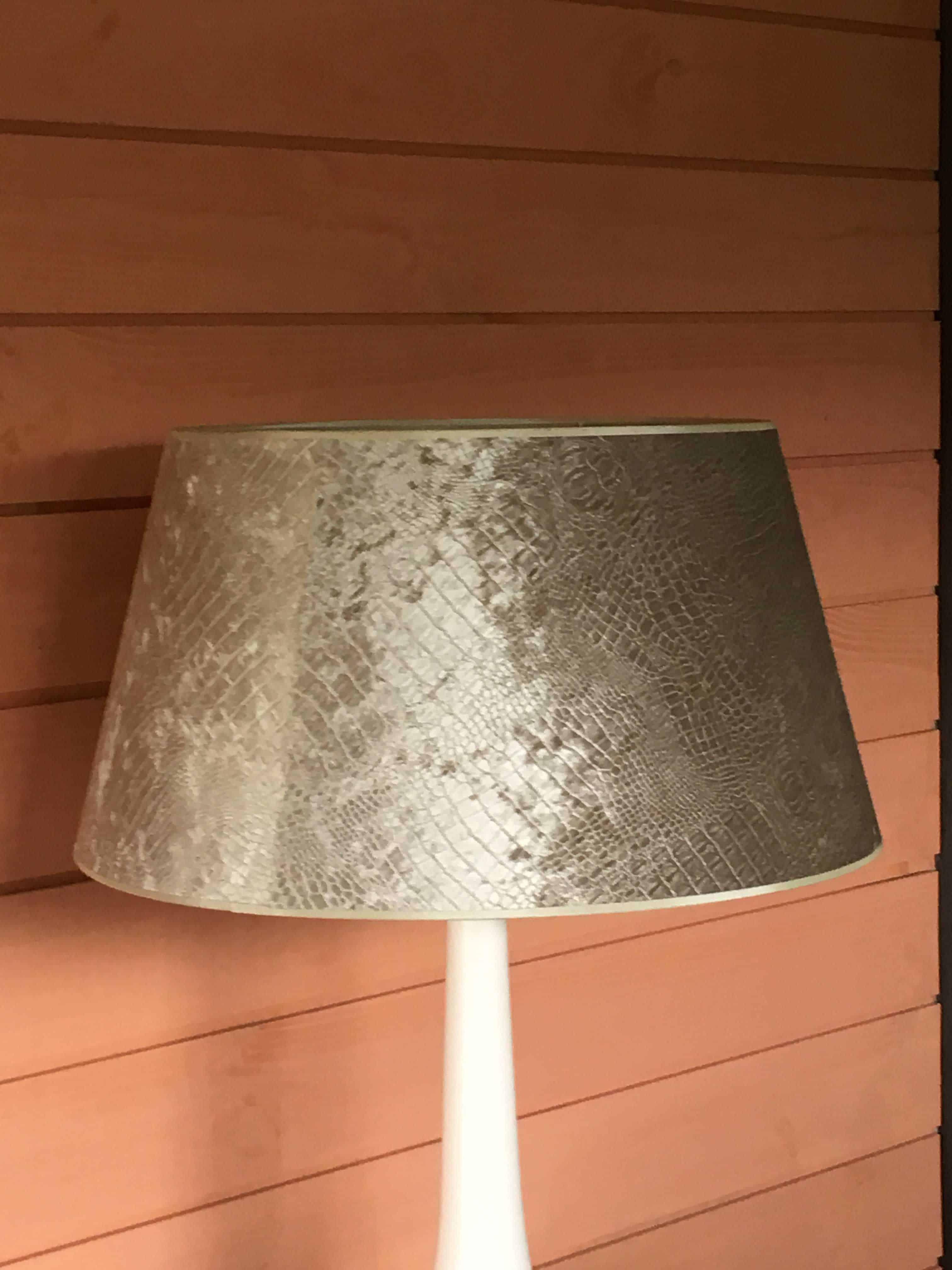 lampe blanche design brocante decoration. Black Bedroom Furniture Sets. Home Design Ideas